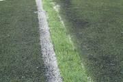 Wklejony odcinek trawy, jeszcze nie zasypany granulatem